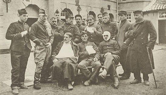 Gewonde Belgische militairen voor het hospitaal van de Achtergracht in Middelburg. Prentbriefkaart uit periode 1914-1918. (Zeeuws Archief, coll. Zeeuws Genootschap, Zelandia Illustrata)