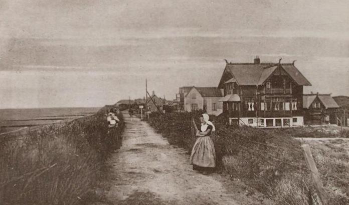 Prentbriefkaart van de boulevard in Domburg gezien vanaf de Hoge Hil. Rechtsvoor het huis Norsk Hjem, de woning van de van spionage verdachte Van Woringen. (Zeeuwse Bibliotheek, Beeldbank Zeeland)