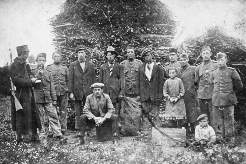 Smokkelaars gesnapt te Sint-Kruis op 6 augustus 1917. (Zeeuwse Bibliotheek, Beeldbank Zeeland)