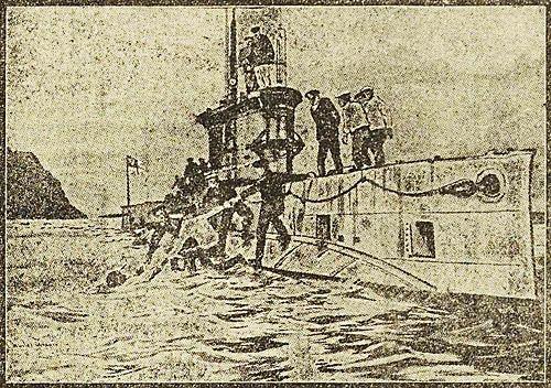 De bemanning van een Engelse duikboot pikt een schipbreukeling op. Tekening uit de Soldaten Courant van 25 februari 1917 (ZB, Krantenbank Zeeland).
