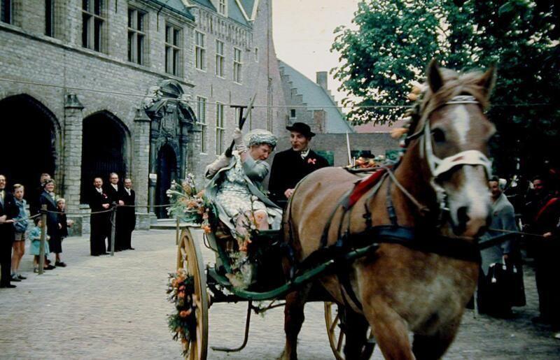 Op 18 mei 1960 nam koningin Juliana op het Middelburgse Abdijplein in de sjees plaats. Ze wist echter geen ring te steken. (Zeeuwse Bibliotheek, Beeldbank Zeeland, foto J. Castel)