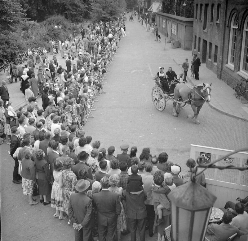 Sjezenrijden op het Molenwater in Middelburg, 1960. (Zeeuwse Bibliotheek, Beeldbank Zeeland, fotoarchief PZC)