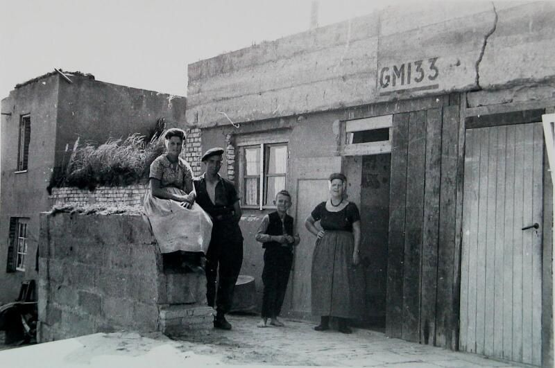 Tot noodwoning omgebouwde bunker bij Domburg, 1945. (Zeeuwse Bibliotheek, Beeldbank Zeeland, foto P. Vreke)