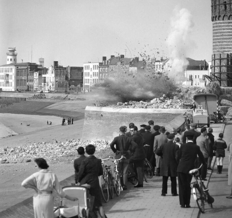 Opblazen bunker aan de Boulevard De Ruyter in Vlissingen, 1959. (Zeeuwse Bibliotheek, Beeldbank Zeeland, foto J. Midavaine)