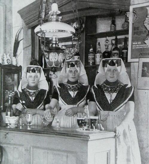 Café Van 't Ventje in Ovezande in 1924, vernoemd naar eigenaar Van 't Westeinde. Achter de toog (van links naar rechts): Maria, Cornelia en Magdalene van 't Westeinde. (Zeeuwse Bibliotheek, Beeldbank Zeeland)