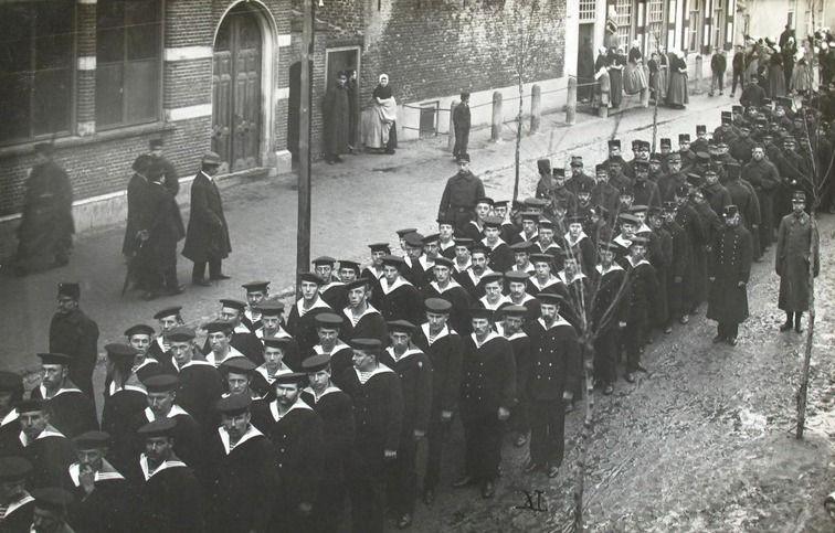 Marinepersoneel uit Vlissingen liep op 19 november 1914 in grote getale mee in de begrafenisstoet in Westkapelle. (Zeeuwse Bibliotheek, Beeldbank Zeeland)
