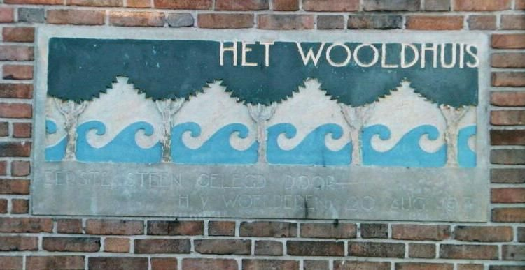 Gevelsteen van het Wooldhuis in Vlissingen. (Zeeuwse Bibliotheek, Beeldbank Zeeland, foto W. Helm)