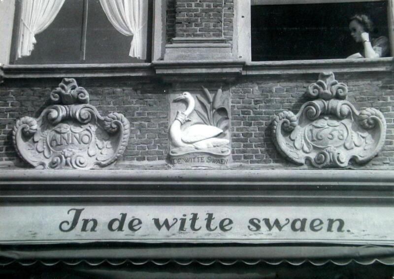 Gevelsteen huis In de witte swaen in Zierikzee. (Zeeuwse Bibliotheek, Beeldbank Zeeland, foto W. van Heemskerck Düker)