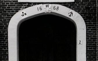 'Rebus' in de ingangspartij van de hervormde kerk in Sint-Philipsland. (Zeeuwse Bibliotheek, Beeldbank Zeeland, foto W. Helm)
