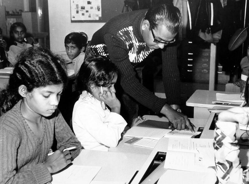 Onderwijs aan Surinaamse emigranten in Middelburg, 1975. (Zeeuwse Bibliotheek, Beeldbank Zeeland, foto I. Lamain)