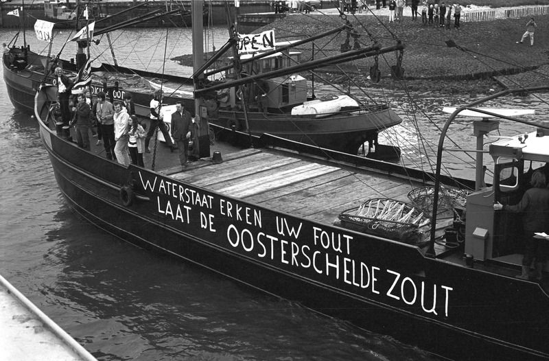 Actie door vissers tegen afsluiting van de Oosterschelde in 1972. (ZB, Beeldbank Zeeland, foto C. Kotvis)