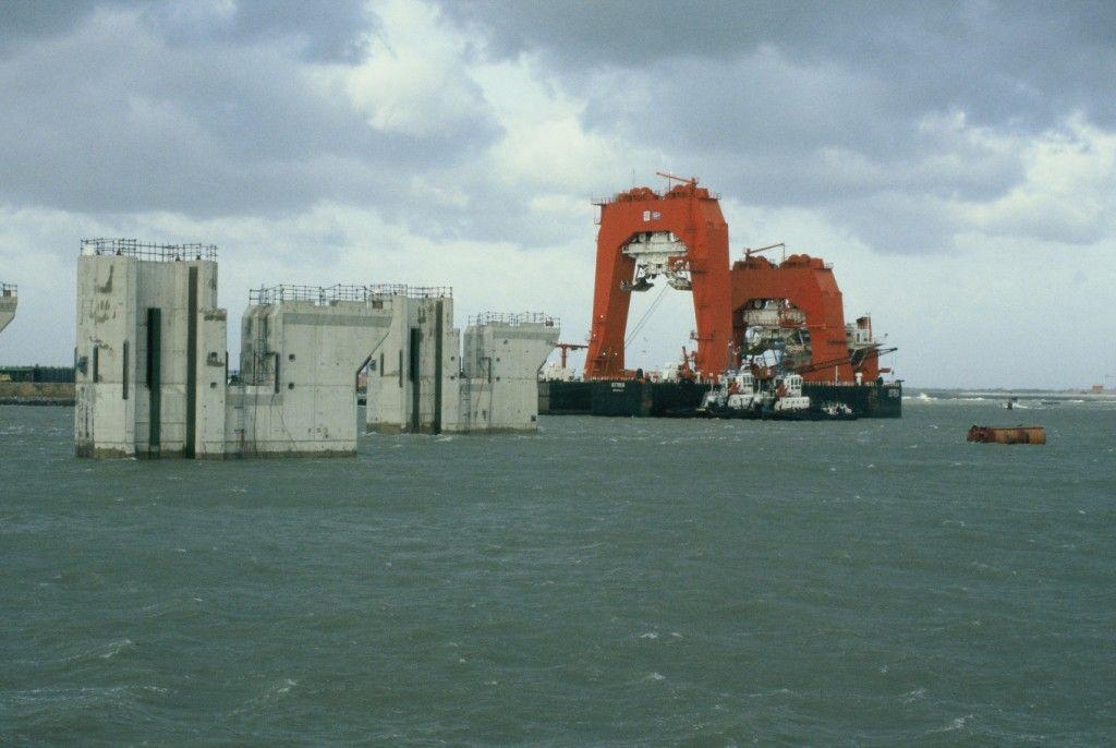 De Ostrea vervoerde de pijlers naar hun definitieve plaats. (Beeldbank Rijkswaterstaat)