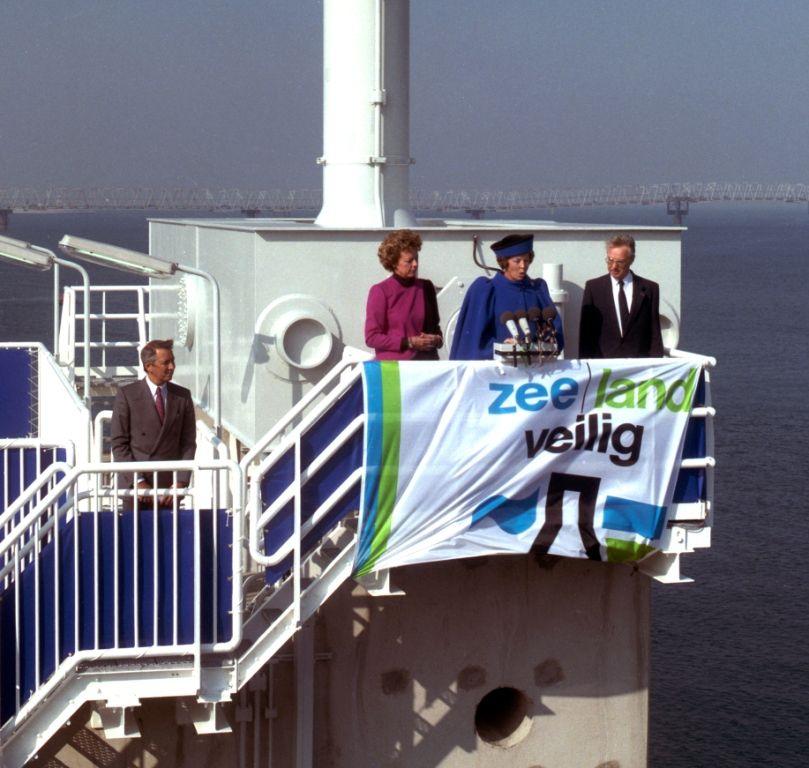 Opening van de Oosterscheldekering door koningin Beatrix. (Beeldbank Rijkswaterstaat)