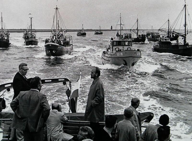Demonstratie mosselkwekers tijdens werkbezoek Statenleden bij Burghsluis in 1972. (Zeeuwse Bibliotheek, Beeldbank Zeeland, foto J. Berrevoets)