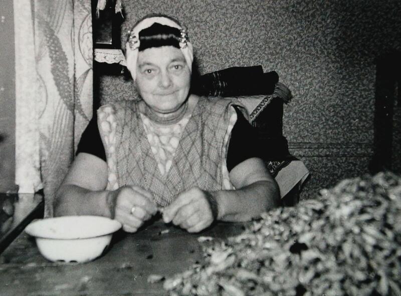 Thuis garnalen pellen. Mevrouw M. de Ridder-Buijs omstreeks 1960. (Zeeuwse Bibliotheek, Beeldbank Zeeland)