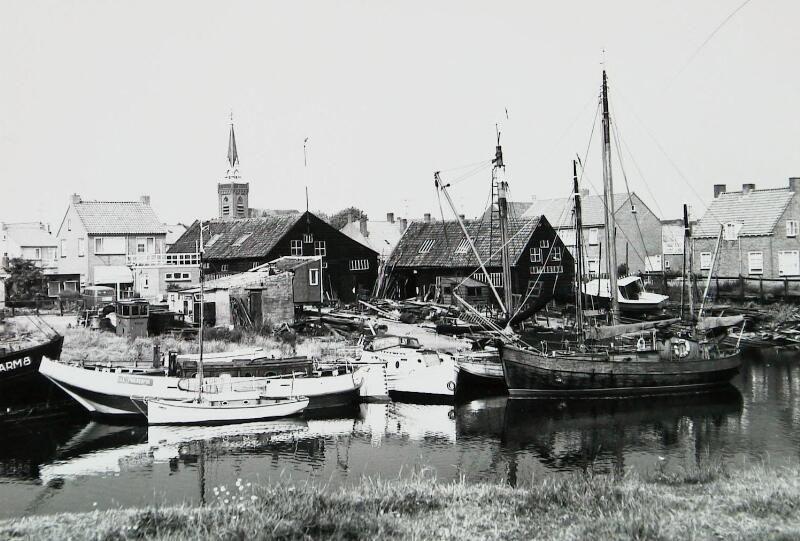 Haven, vissersbootjes en werf... Lange tijd beeldbepalend voor Arnemuiden. Foto van omstreeks 1972. (Zeeuwse Bibliotheek, Beeldbank Zeeland, foto A. van Wyngen)