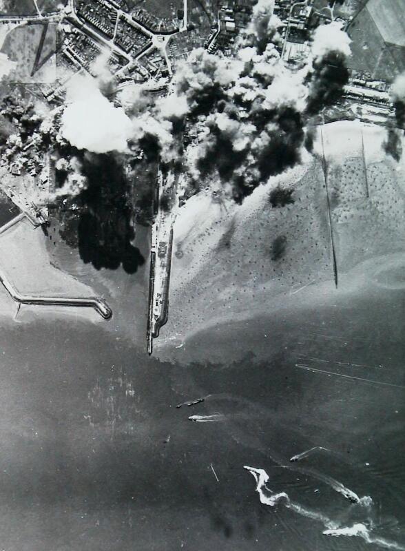 Het bombardement van Breskens op een luchtfoto, 11 september 1944. (Zeeuwse Bibliotheek, Beeldbank Zeeland, foto Imperial War Museum)