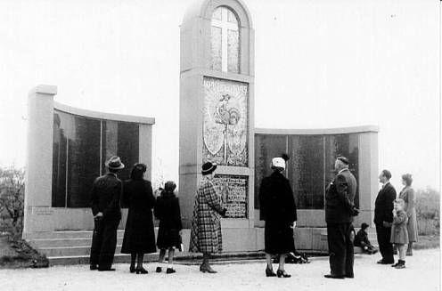 Inwoners bekijken het onthulde monument op de Franse begraafplaats in Kapelle (16 mei 1950). (Zeeuwse Bibliotheek, Beeldbank Zeeland)