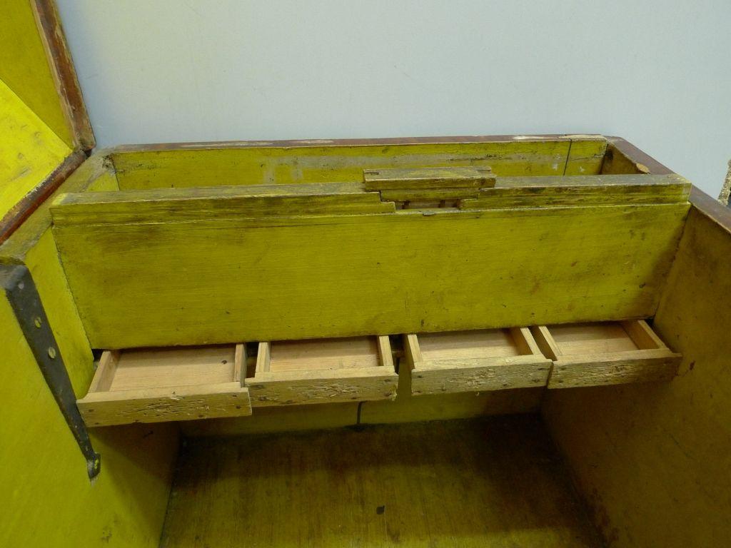 Kist met geopende laden. (Foto Nederlands Openluchtmuseum)