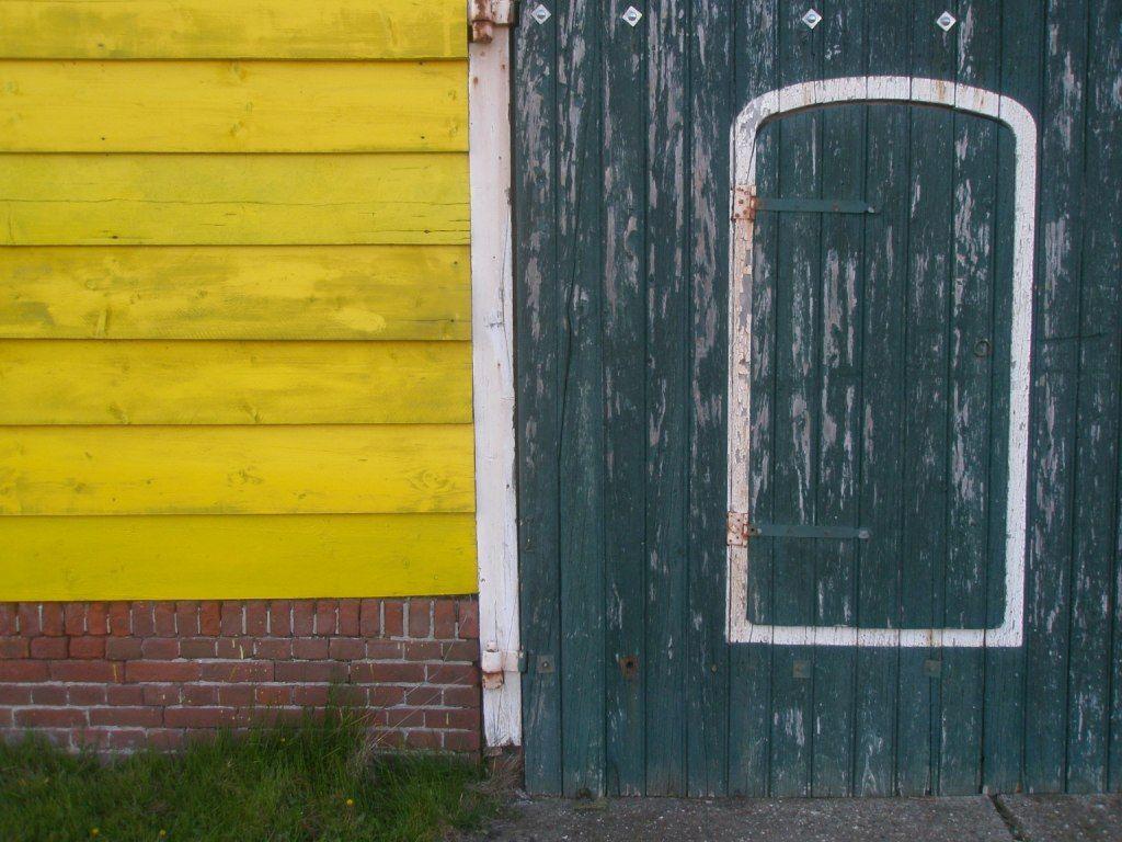 De witte omlijsting van deuren moest ervoor zorgen dat boer en knecht in het donker de ingang van de schuur konden vinden. (Beeldbank SCEZ)