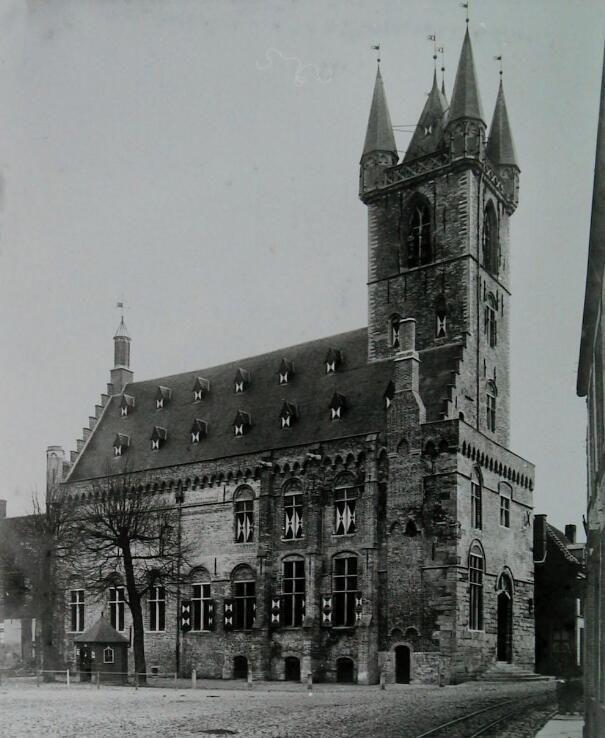 Het Sluise stadhuis in volle glorie op een foto uit 1910. (Zeeuwse Bibliotheek, Beeldbank Zeeland)