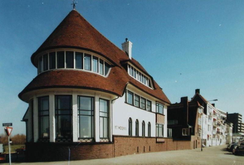 Het Wooldhuis, Boulevard Evertsen, Vlissingen (ZB, Beeldbank Zeeland, foto W. Helm). Deze villa is een ontwerp van architect D. Roosenberg. Er vallen zowel elementen uit de Engelse landhuisstijl als van het functionalisme in te ontdekken.
