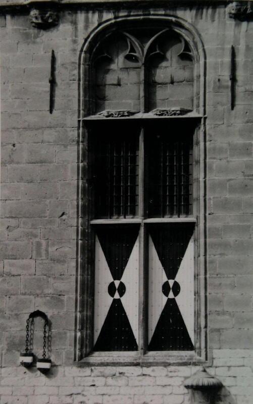 De schandstenen aan de gevel van het stadhuis in Veere. (Zeeuwse Bibliotheek, Beeldbank Zeeland, foto J. Bitter)