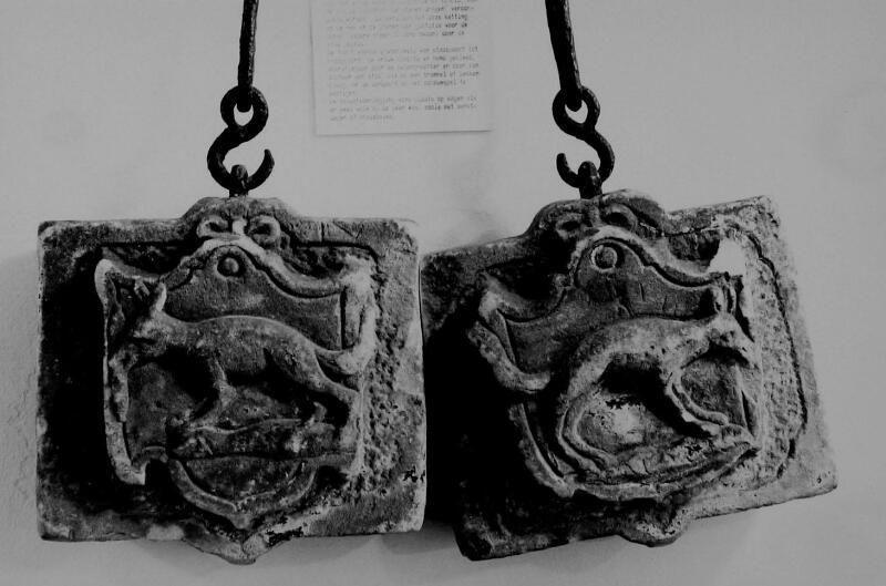 Schandstenen afkomstig uit Oud-Vossemeer in de collectie van het Zeeuws Museum. (Zeeuwse Bibliotheek, Beeldbank Zeeland, foto W. Helm)