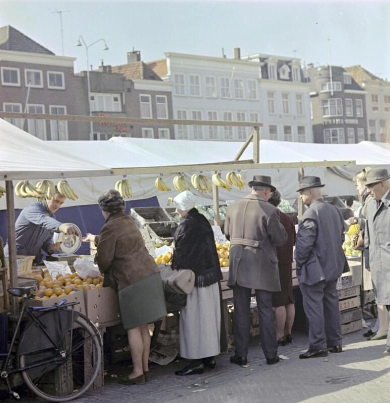 Dinsdagmarkt in Goes omstreeks 1970. (Zeeuwse Bibliotheek, Beeldbank Zeeland, foto A. van Wyngen)