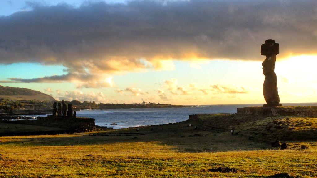 Moai beeld bij Tahai (Wikimedia Commons). Eenzame moai met hoed bij Tahai, ten noorden van Hanga Roa. Zoals alle moai aan de kust staat ook deze met de rug naar het water... De beelden kijken immers in de richting van de mensen die ze beschermen.