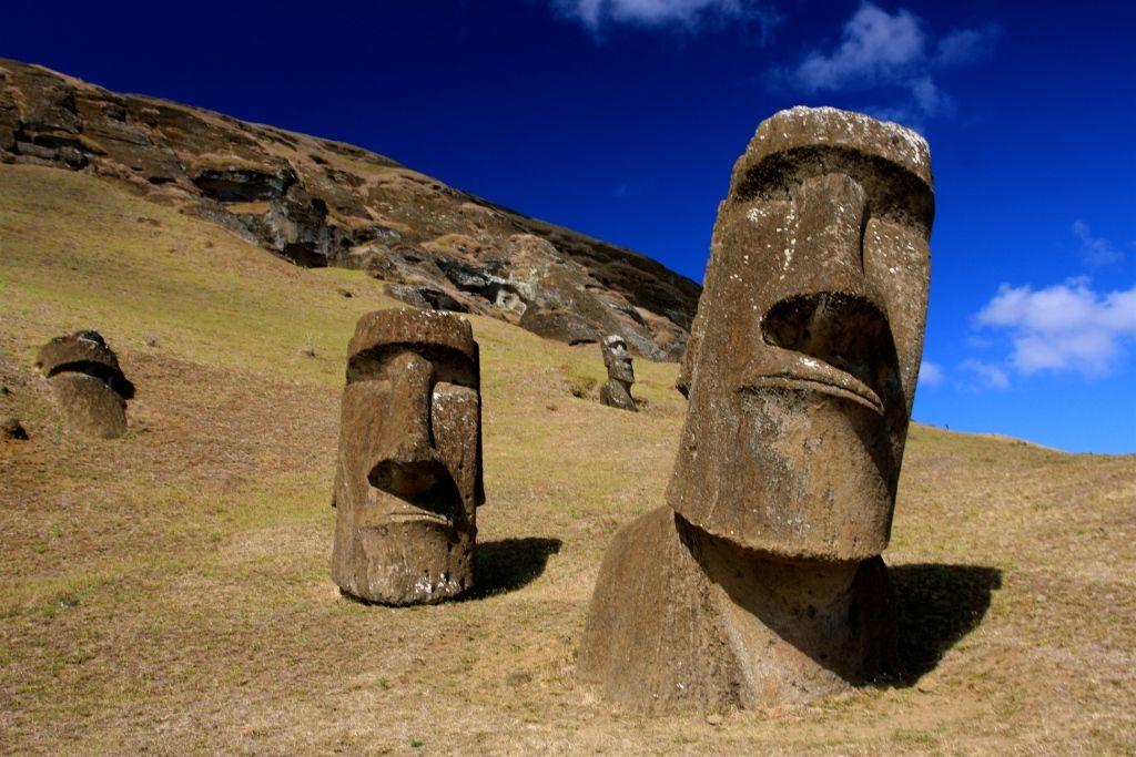 Moai beelden op het door Jacob Roggeveen ontdekte Paaseiland. (Wikimedia Commons)