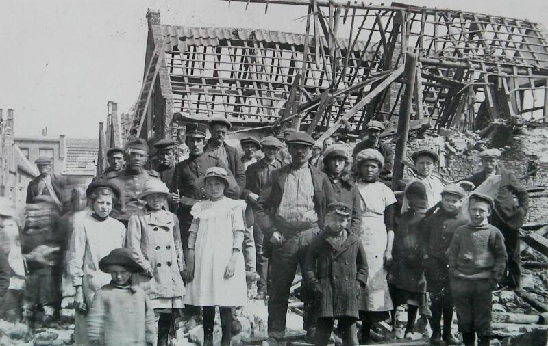 Mensen poseren bij getroffen huizen, 1917 (ZB, Beeldbank Zeeland)