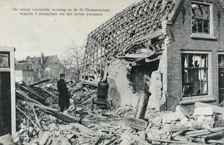 Het vernielde huis in de Sint-Domusstraat op een prentbriefkaart. (ZB, Beeldbank Zeeland)