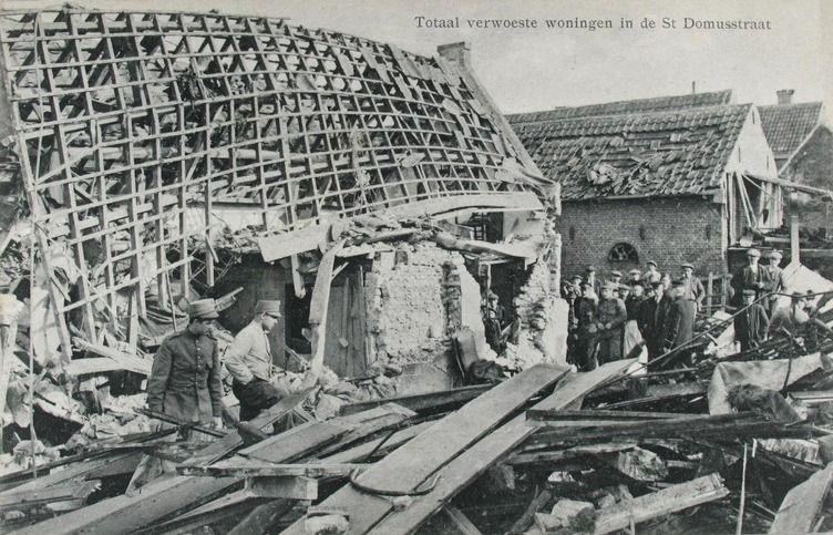 Verwoesting na het bombardement in de binnenstad van Zierikzee. Sint-Domusstraat op een prentbriefkaart. (ZB, Beeldbank Zeeland)