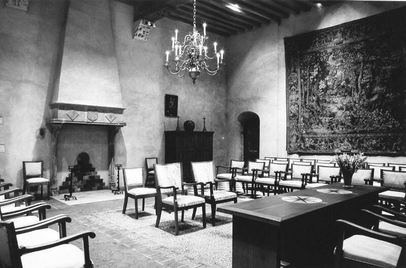 Trouwzaal in het stadhuis van Middelburg met 17de-eeuws wandtapijt. Foto uit 1972. (Zeeuwse Bibliotheek, Beeldbank Zeeland, foto W. Riemens)
