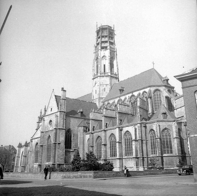 De geschonden Willibrorduskerk in 1952. (Zeeuwse Bibliotheek, Beeldbank Zeeland)