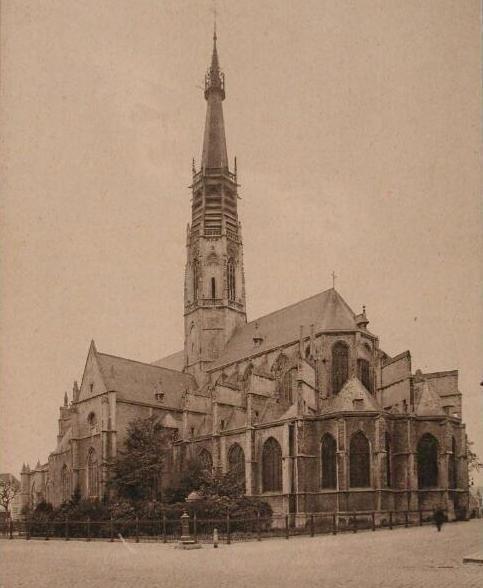 De Willibrorduskerk met de neogotische bekroning van Cuypers in de jaren twintig. (Zeeuwse Bibliotheek, Beeldbank Zeeland)