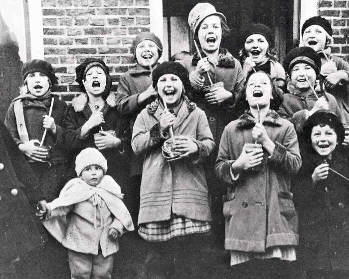 Koenkelen in de Zanddwarsstraat in Yerseke in 1930. (Bron onbekend)