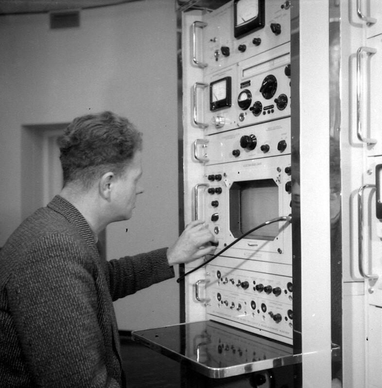 Adriaan Geldof werkzaam in de televisietoren. Foto uit 1957. (Zeeuwse Bibliotheek, Beeldbank Zeeland)