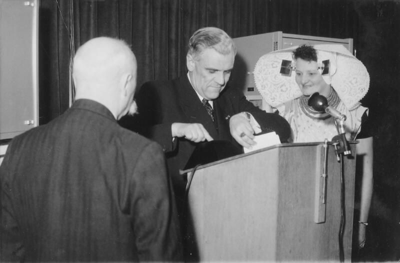 Commissaris der koningin De Casembroot neemt de televisietoren met een druk op de knop in gebruik. (Zeeuwse Bibliotheek, Beeldbank Zeeland)
