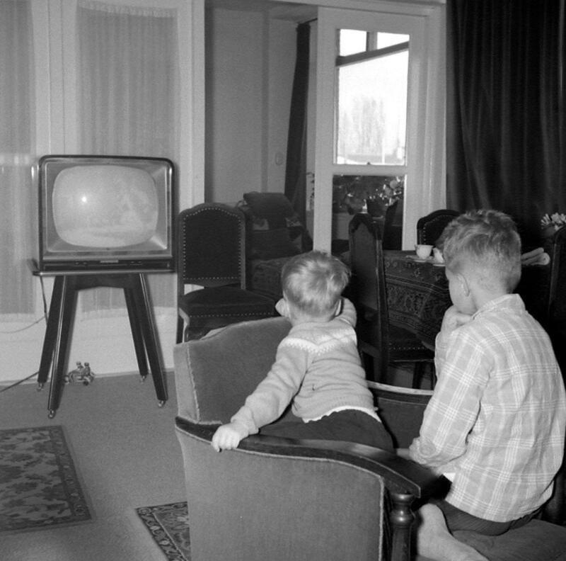 Televisie kijken in Vlissingen in 1959. (Zeeuwse Bibliotheek, Beeldbank Zeeland, foto W. de Bruine)