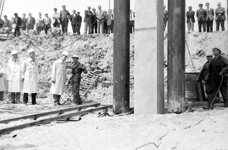 Het heien van de eerste paal voor de kerncentrale in 1969. (Zeeuwse Bibliotheek, Beeldbank Zeeland)