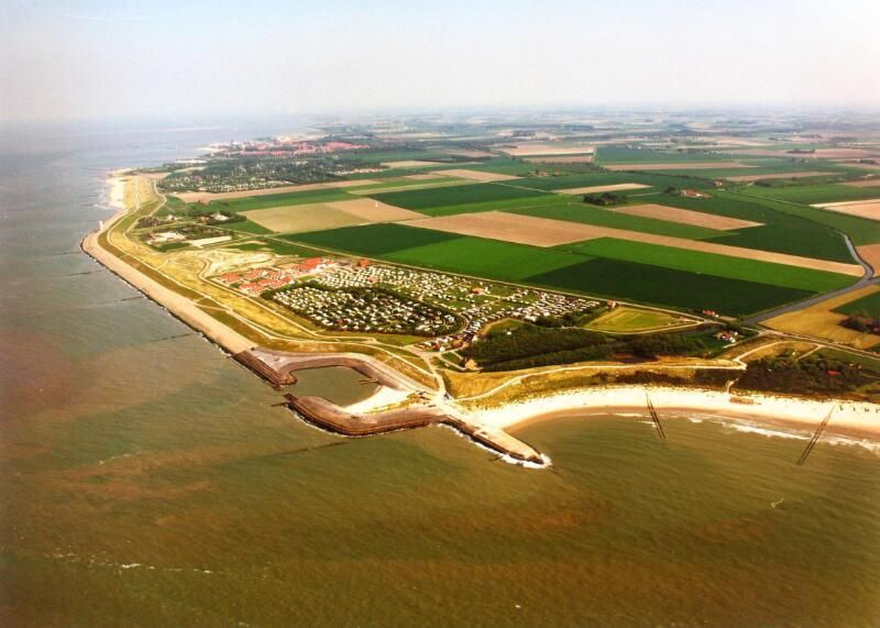 Panorama van de kustlijn van Napoleonhoeve en vuurtoren richting Breskens in 1992. (Zeeuwse Bibliotheek, Beeldbank Zeeland, foto Slagboom en Peeters)