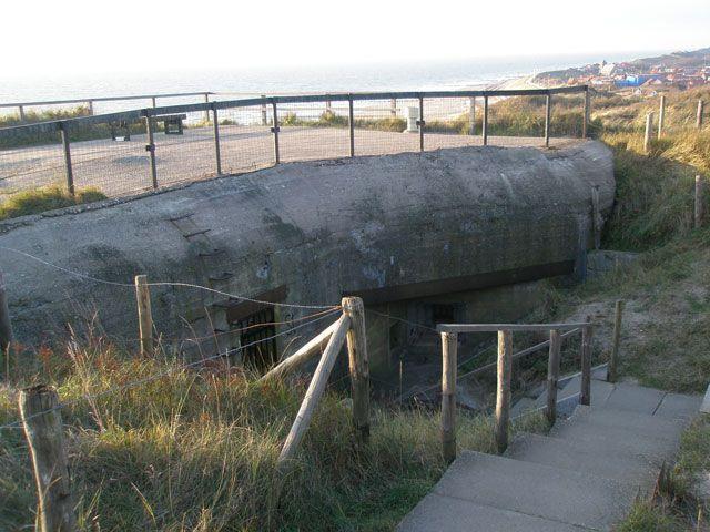 De observatiebunker is gelegen op de 45 meter hoge top van de duinen ten zuiden van Zoutelande.