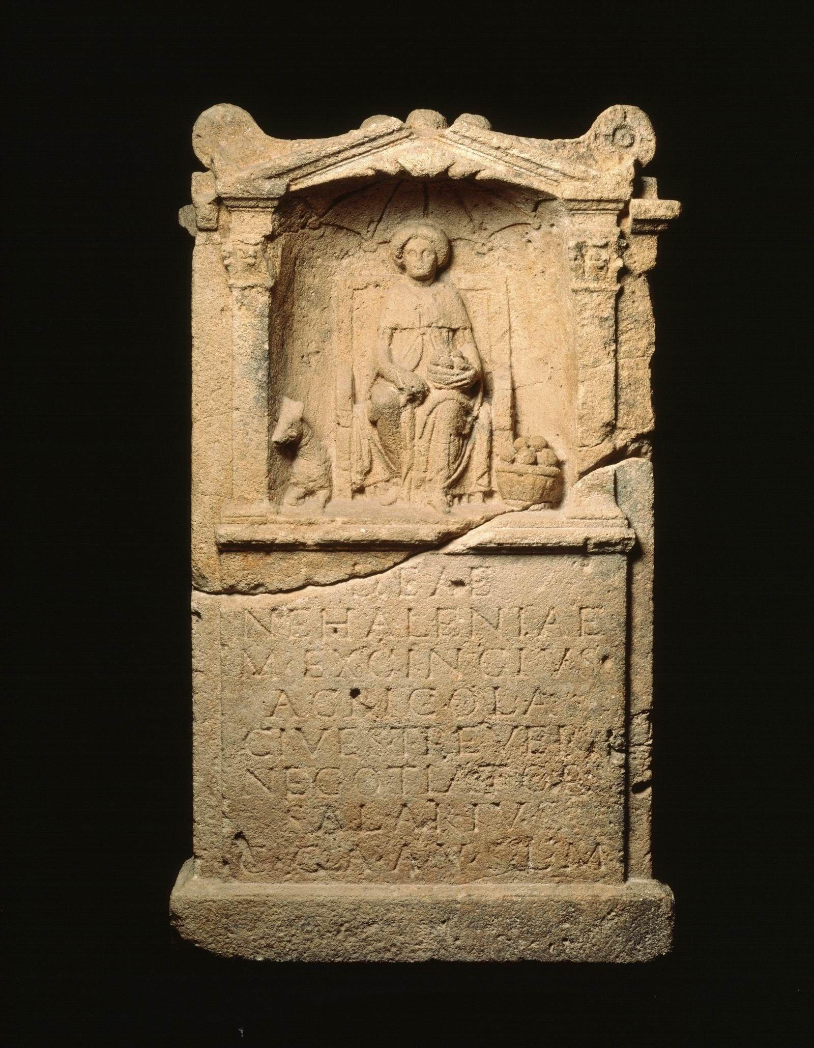 Nehalennia-altaar, blijkens de inscriptie opgericht door een zouthandelaar uit Trier. (Rijksmuseum van Oudheden, Leiden)