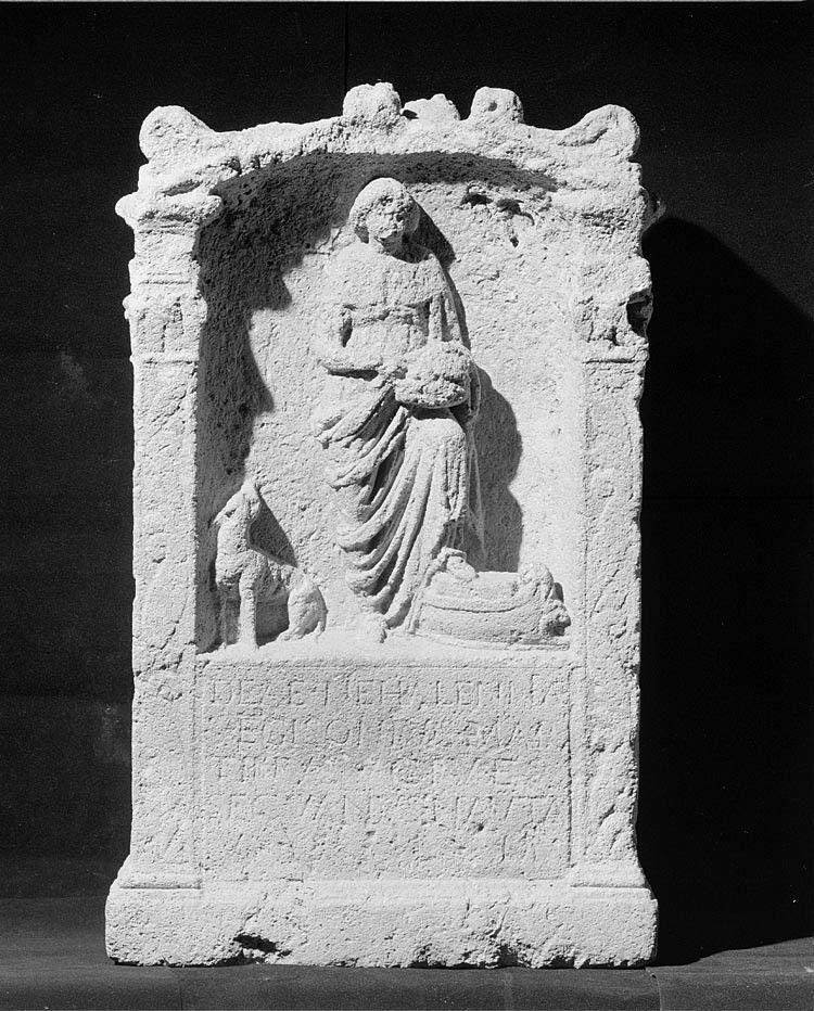Altaar met afbeelding van Nehalennia staande met haar linkervoet op de voorsteven van een schip. (Rijksmuseum van Oudheden, Leiden)