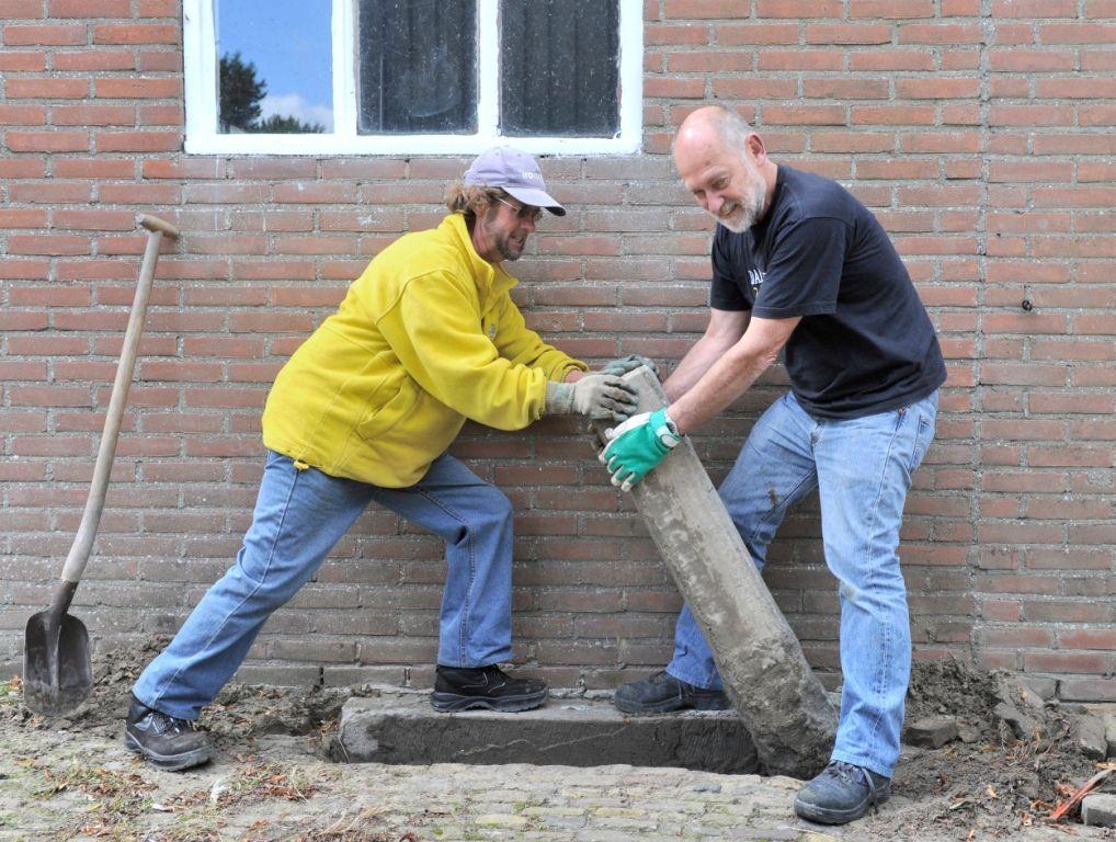 De soms loodzware grenspalen krijgen na te zijn opgegraven een nieuwe plek in het landschap.