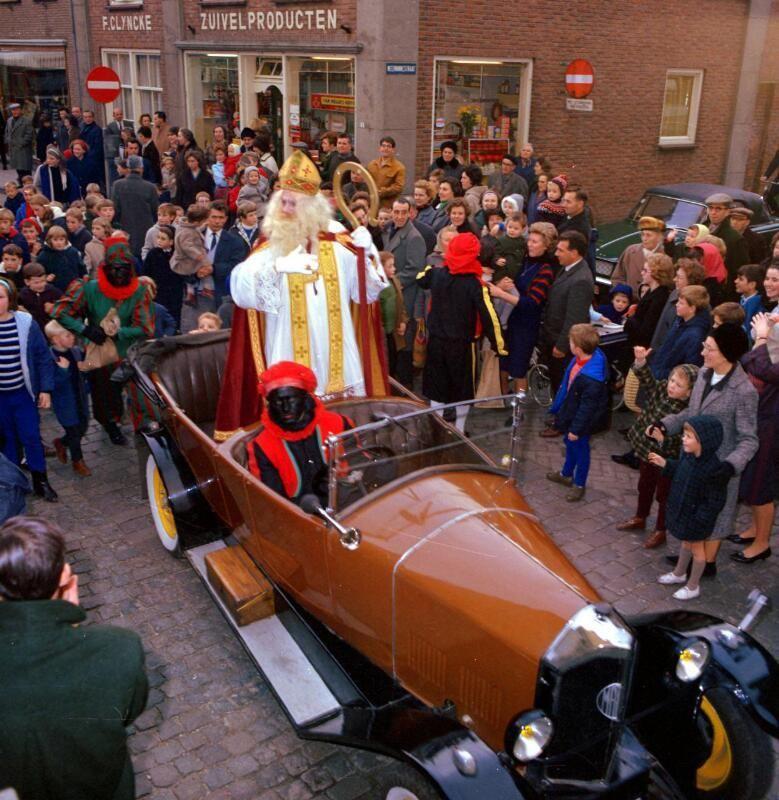 Aankomst Sint en Piet in Sluis, 1965. (ZB, Beeldbank Zeeland, foto O. de Milliano)