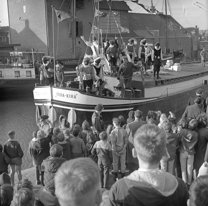 Intocht per boot in Goes in 1963. (ZB, Beeldbank Zeeland, fotoarchief PZC)