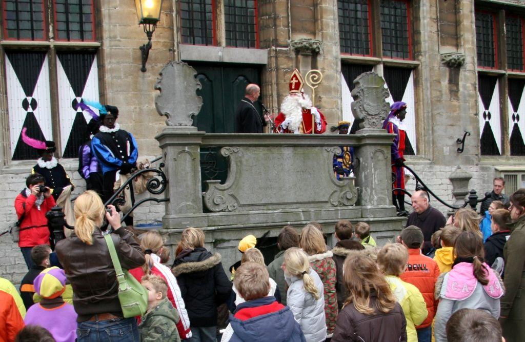 Sinterklaas wordt op het bordes van het stadhuis in Veere ontvangen door de burgemeester. (Beeldbank SCEZ)